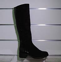 Модные замшевые зимние сапоги на невысоком каблуке
