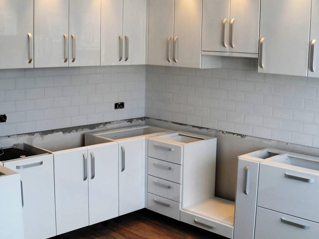 Процесс установки кухонь