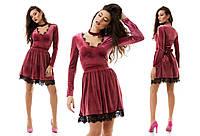 Соблазнительное коктейльное велюровое платье украшено кружевом с чокером в комплекте