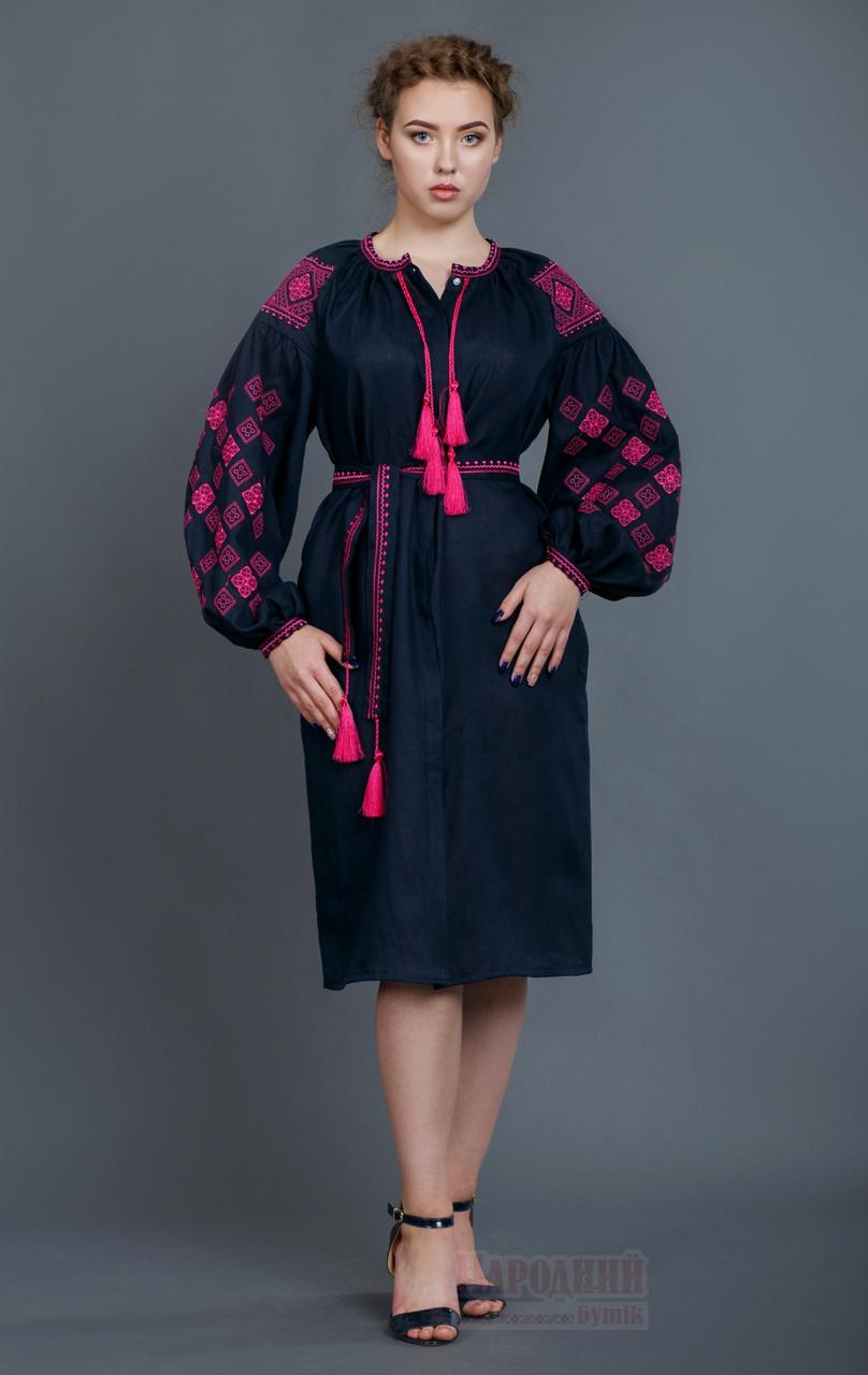 Лляне жіноче плаття з вишивкою.