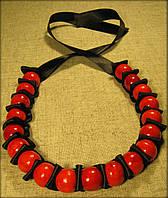 """Намисто """"Стрічка"""" червоне на чорній стрічці, виготовлене з дерева"""