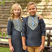 Темно-синяя вышиванка для мальчика и темно-синее вышитое платье для девочки