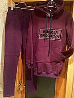 """Теплый женский спортивный костюм на флисе с надписью """"WEST.52 BROOKLYN"""" с удлиненным батником цвета марсала"""