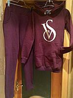 """Теплый женский спортивный костюм на флисе с надписью """"VS"""" с удлиненным батником цвета марсала"""