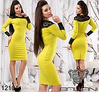 Облегающее платье с элементами гипюра на манжетах и по верху.