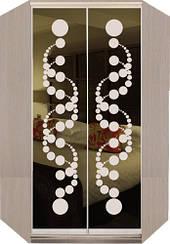 Угловой шкаф-купе с фасадами из тонированных зеркал с рисунками пескоструй