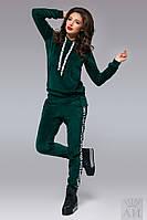 Женский спортивный костюм из велюра с нашивками