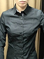 Черная блуза с комбинированным воротником и манжетами.