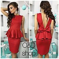 Элегантное женское платье приталенного кроя с баской, на спине глубокий вырез и бантик. Красный цвет