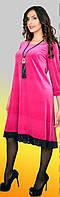 Яркое велюровое платье в свободном крое с гипюровой отделкой