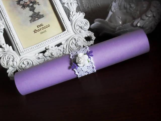 Кольцо для свитка было выполнены из хлопкового кружева и декорировано розочками и листиками из бумаги.