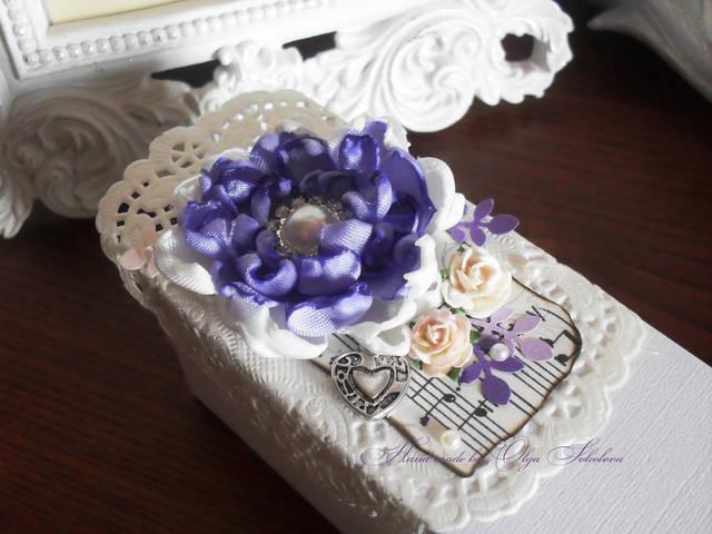 Декор коробочек для пригласительных был дополнен атласными цветами ручной работы.