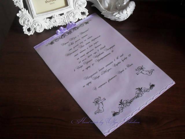 Под основу для пригласительных свитков была взята дизайнерская бумага. Текст пригласительных был распечатан на дизайнерской кальке. Текст печатался уже со всеми необходимыми данными: имена гостей, место проведения и время, подпись жениха и невесты.