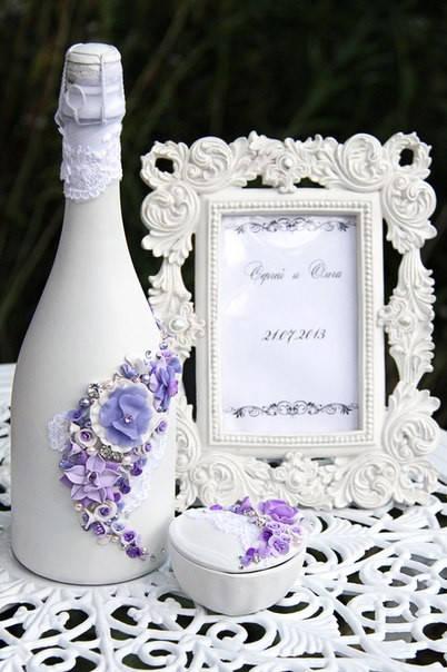 В таком же стиле было и выполнено свадебное шампанское.