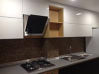 Белая кухонная мебель с патиной