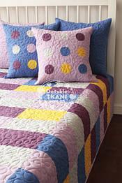 Набор для кровати сиреневого цвета.