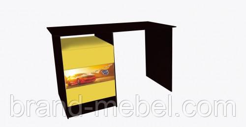 Стол с тремя ящиками с фотопечаттю автомобилей