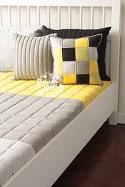 Комплект серо-жёлтого цвета из однотонной ткани.