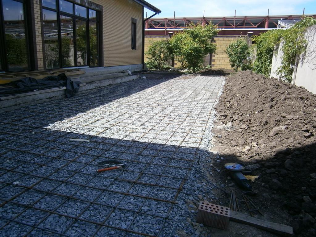 Далее выполнялись работы по армированию будущих бетонных поверхностей, ячейка 200*200 мм, арматура 8 мм.