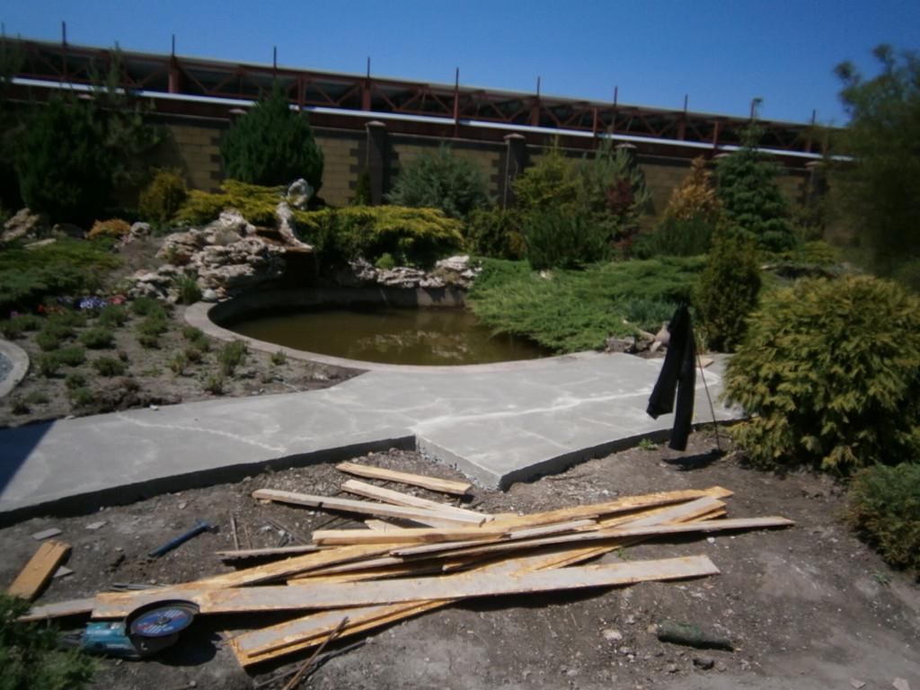 Во время проведения бетонных работ ни одна рыба в пруду не пострадала!