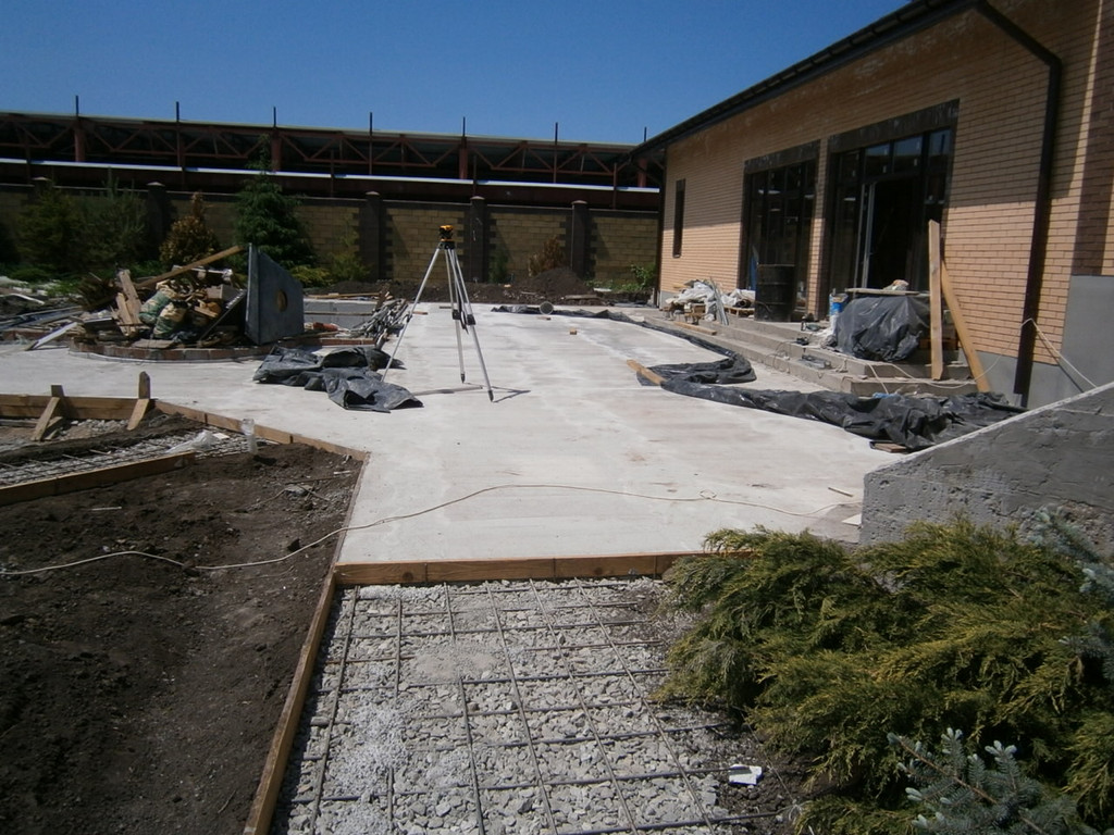 После приёма бетона поверхность во избежание пересыхания укрывалась строительной плёнкой. На все площадки и дорожки использовался бетон марки 200 П3 на мелкозернистом (5-10 мм) щебне. Термошвы заполнялись смесью на основе жидкого каучука.