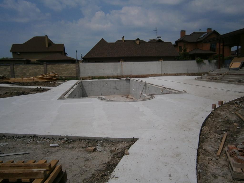 Бассейн гармонично вписался в бетонное обрамление. Процесс изготовления бетонного бассейна описан отдельно.