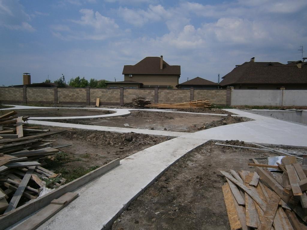 Выполнять работы по бетонированию гораздо проще без наличия газонов и кустарников на строительной площадке, как на соответствующей фотографии.