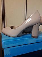 Бежевые лаковые туфли на среднем широком каблуке