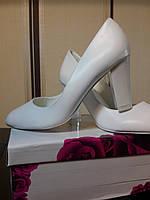 Свадебные белые туфли на широком каблуке