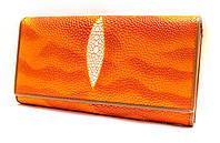 Яркий женский кошелек высокого качества в оранжевых тонах с внутренней монетницей имитирующий кожу ската 12521