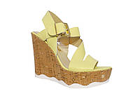 Женские кожаные босоножки на танкетке  (желтые) Tucino №281-785