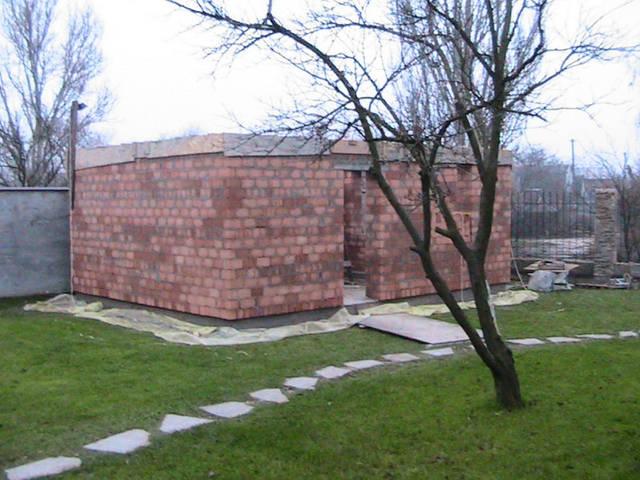 Сначала стены накрываем листами пароизоляции, например, пергамином или специальной пленкой внахлест на 100-150мм.