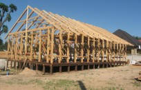 Сначала очищаем стену(при необходимости) и наносим гидроизоляционный слой: накрываем листами паро(гидро)изоляции внахлест на 100-150мм.