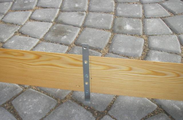При отделке фасадов деревом планкен крепится так, чтобы между соседними досками был небольшой зазор, который обеспечивает вентиляцию воздуха и не позволяет древесине деформироваться при набухании от влаги.