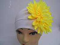 Шапочка белая с желтым цветком
