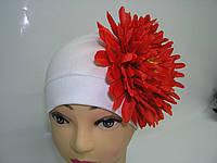 Шапочка белая с красной хризантемой