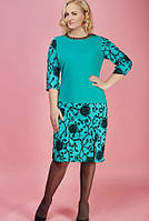 Модное платье большего размера цвета мята с золотистой цепочкой на шее