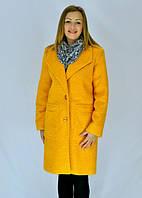 Женское пальто выполнено в молодёжном стиле