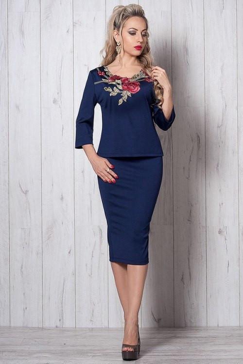 Элегантный женский костюм с вышивкой