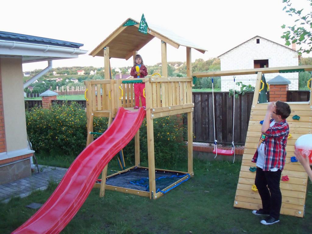 Установка детской площадки и горки Джунгли в частном коттедже
