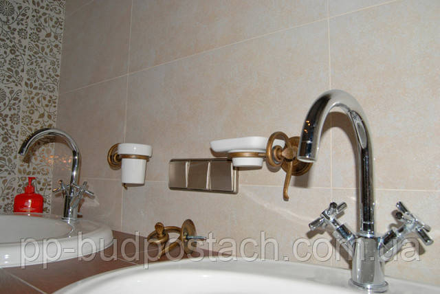 Укладання плитки у ванній кімнаті і туалеті
