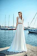 Необычное свадебное платье прямого силуэта с легкой ажурной кофточкой