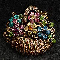 [35/40 мм] Брошь медного цвета Корзина с цветами, усыпанная разноцветными камнями насыщенных цветов