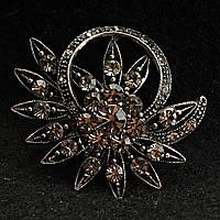 [43/43 мм] Брошь металл под капельное серебро в цветочном дизайне с крупными стразами кристалл сатин