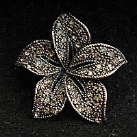 [33/33 мм] Брошь металл под капельное серебро Цветок со стразами класическая