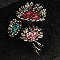 [35/50 мм] Брошь металл под капельное серебро Цветы с россыпью камней розового, красного и голубого цвета
