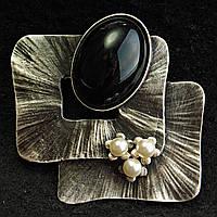 [50/50 мм] Оригинальная Брошь темный металл с небольшими светлыми жемчужинами и крупным черным камнем в форме