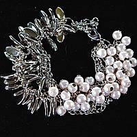 [20 см] Браслет женский на цепочке с белыми жемчужинами и металлическими каплями светлый металл