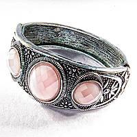 [7 см] Браслет розовый Кварц широкий  замок защелка на шарнире  металл композиция из камней и цветы на металлической части