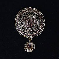 [60/40 мм.] Брошь  Античная ажурная круглая  со стразами и маленькой подвеской, металл медного цвета